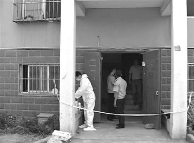 南京饿死女童案 2013年4月下旬,吸毒女子乐燕为两个女儿预留少量食物、饮水后,将她们置留家中主卧内,用布条反复缠裹窗户锁扣并用尿不湿夹紧主卧房门后,锁上大门离家吸毒玩乐,直至6月21日案发时都不曾回家,最终导致两女童在家中饿死。图/IC