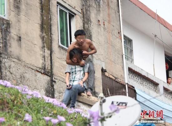 三亚/1月20日,位于海南三亚市建设街附近有一名半裸男子,手拿菜刀...