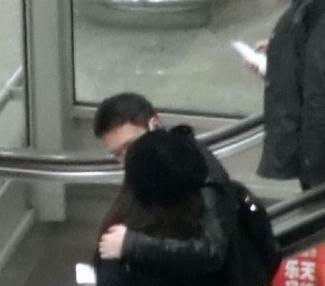冯绍峰机场热吻女友倪妮 搂肩牵手传好事近