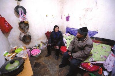 住进地下室,老人看上去很开心。京华时报记者陶冉摄/视频