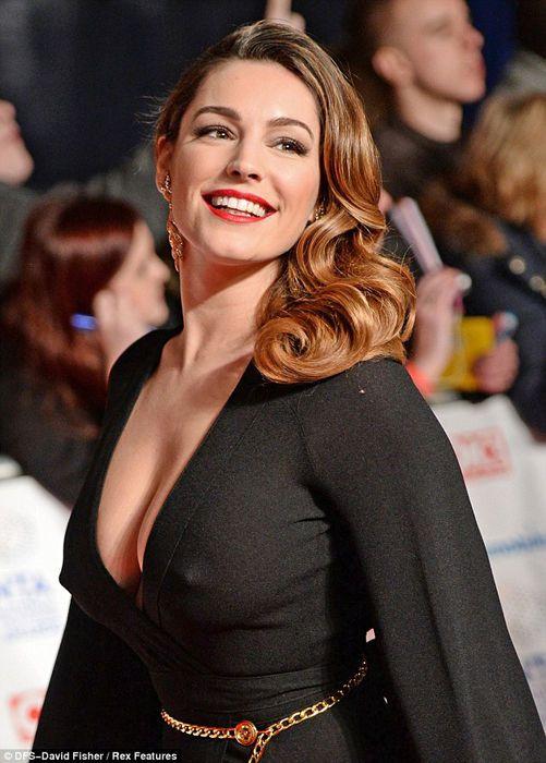 凯莉·布鲁克激凸出席颁奖礼 黑裙爆乳露点极