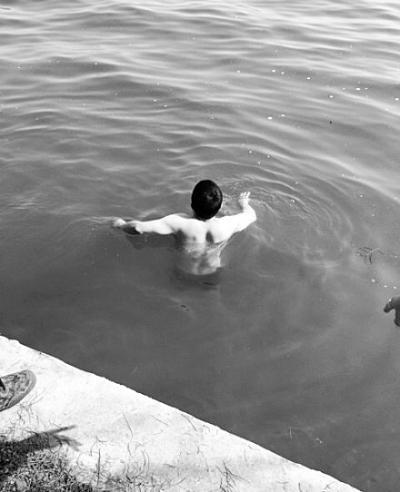游客手机滑入湖中 热心大叔冒严寒跳湖打捞(图)