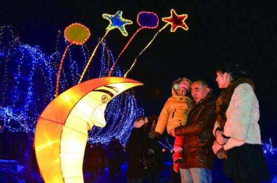 今日要闻         1月23日晚,乌鲁木齐市水磨沟公园内3600条满天星和