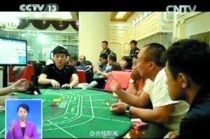 """娱乐吧的""""赌桌""""前坐满了人。"""