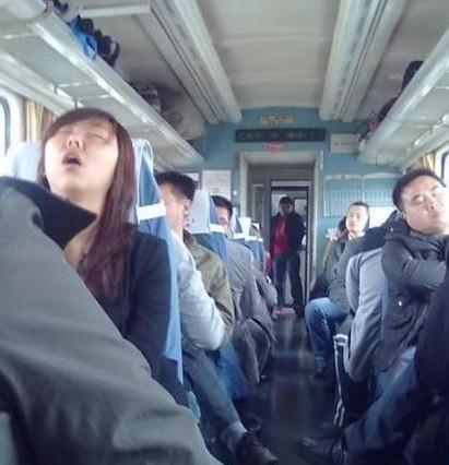 春运火车上举行相亲会 盘点火车上的销魂睡姿