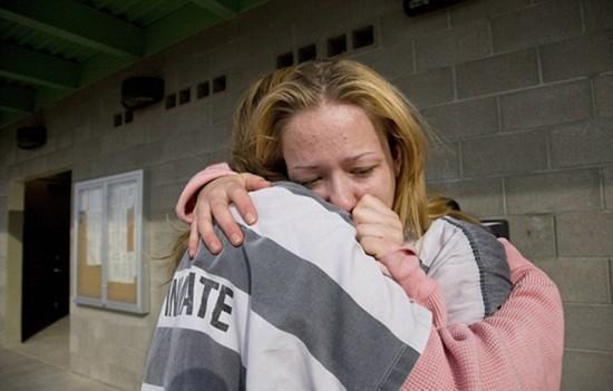 押解女犯重镣铐-一位女囚情绪崩溃,另一位女囚正在安抚她-揭秘美国女子重囚监狱 手图片