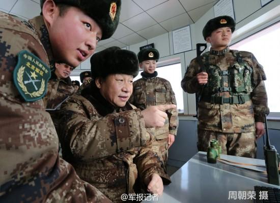 习近平穿迷彩服慰问内蒙古戍边军人(图)