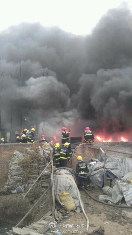 西安西郊一废旧轮胎回收站着火+现场浓烟滚滚