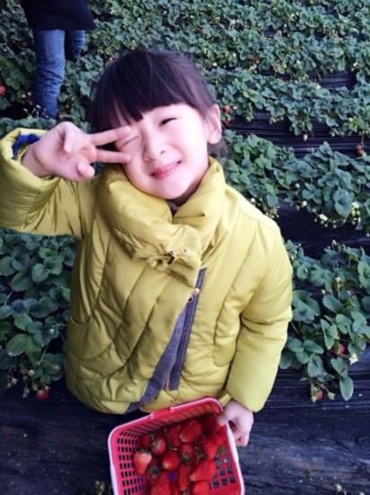 3日晚,田亮在微博晒出女儿森碟采摘草莓的照片,森碟一手拿着自己的图片