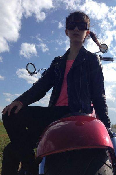 穿皮衣戴墨镜,帅飞了,不过咱们还是骑自行车比较靠谱.图片