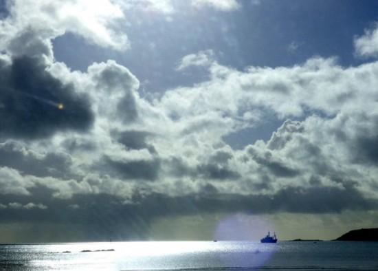 * 快讯!英拍到不明飞行物(组图) - UFO外星人资讯-名博 - UFO外星人不明飞行物和平天使2014