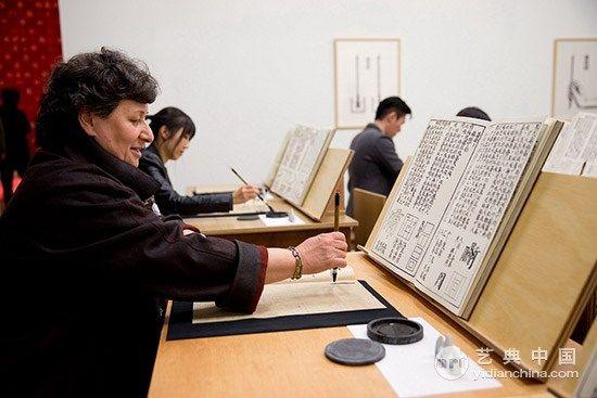 英文方块字书法与教室 综合媒材装置