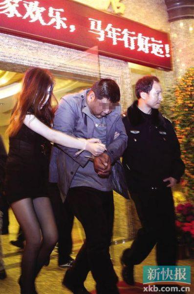 在国安酒店,一对涉黄人员被带走调查。