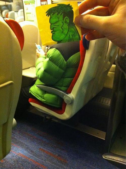 插画师在火车上为乘客绘动画头像解闷(组图)-