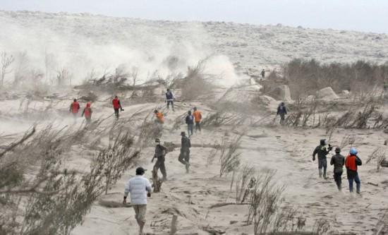 视频记录印尼火山喷发惊心一刻