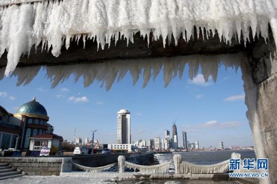 山东多地降温 海岸冰景壮观