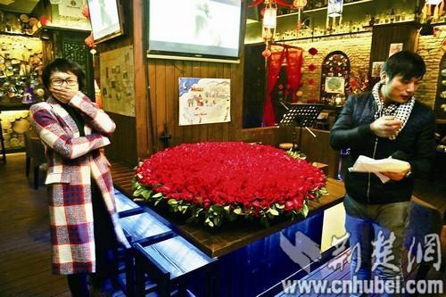 男子999朵玫瑰示爱女老板 当众宣读爱情宣言