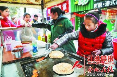 10岁小姑娘街头练摊卖手抓饼领悟挣钱不易(图