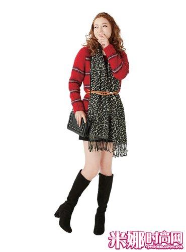 深色图案长围巾×茧型针织衫