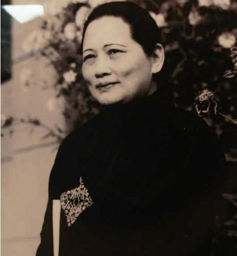 北京 宋庆龄/宋庆龄手持新出版的《建国大纲》线装本在北京寓所留念。