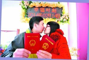 小夫妻的幸福时刻。记者张宇杰摄