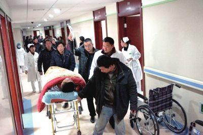 13日,伤者被送往浙江省金华市磐安县人民医院救治。新华社发
