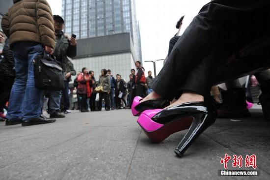 重庆商品街头情趣表白踩高跟鞋智斗试穿男子丈母另类员示爱图片