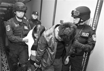 2月9日晚,在广东东莞国安酒店,警方将涉嫌卖淫嫖娼的人员带离酒店。当晚,广东东莞出动6000多名警力,对该市桑拿、沐足、酒店及娱乐场所同时进行检查,对多处涉黄场所进行清查。
