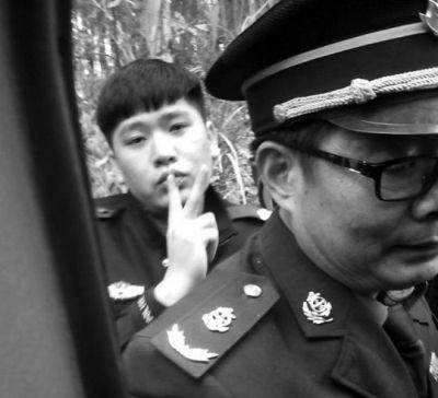 """网曝南宁警察打人摆""""V""""手势回应称手指受伤"""