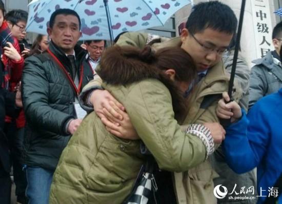庭审结束,黄洋父亲表示欣慰,失声痛哭的黄洋母亲被搀扶出法庭
