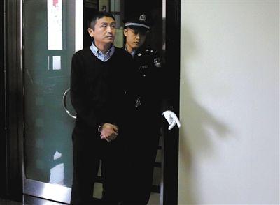 昨日,北京农村商业银行平谷支行原行长韩立锋,被控受贿1318万元,在二中院接受审理。庭审中,其自称利欲熏心丧失了原则。