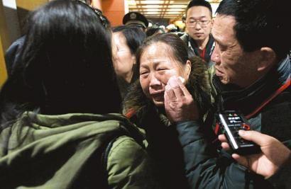 昨日宣判后黄洋的母亲杨国华(中)离开庭审现场时失声哭泣。新华社发