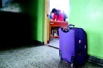 有学生用行李箱拖着几十本书到各个教室占座。 本报记者 韩逸 摄