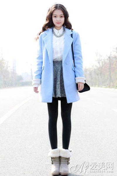 浅蓝色呢子大衣内搭白色衬衫