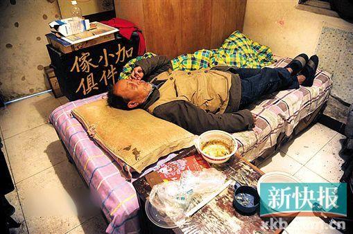 80岁的钟海泉居住在社区为他安顿的简陋房里,每天吃饭、遛弯、面朝屋顶。