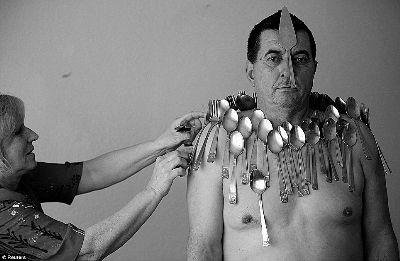 波黑一男子有超能力:皮肤能吸附多种材质物品