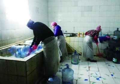 记者卧底大兴地下水工厂 经营监管问题重重