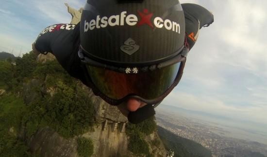 挪威男子2千米高空表演翼装飞行(组图)