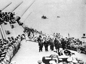 """1945年9月2日,在东京湾美国的""""密苏里""""号军舰上,日本签字投降-"""