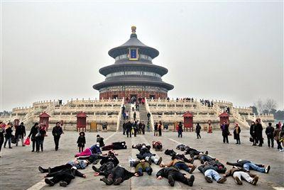 戴上口罩的艺术家们集体躺在祈年殿前。 吴迪 摄