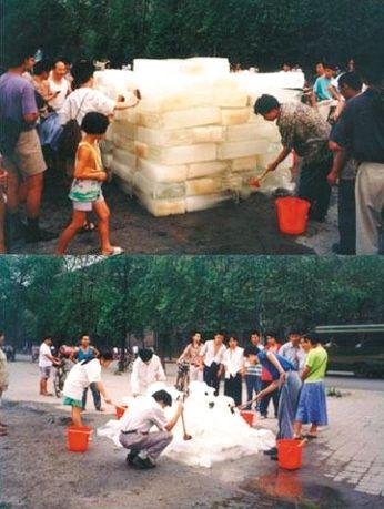 尹秀珍1995年行为艺术《洗河》关注成都府南河水污染。
