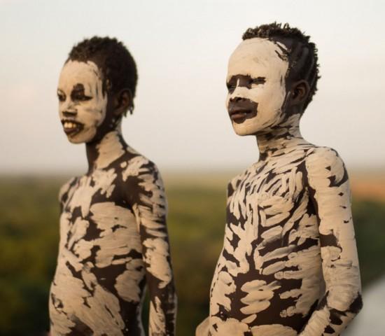 埃塞俄比亚部落男女涂油彩求偶御敌