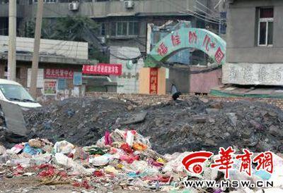 桥街小学被建筑垃圾包围 学生上学要翻越垃圾山图片