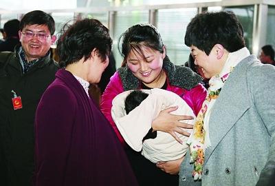 江苏团女代表怀抱满月宝宝参加两会