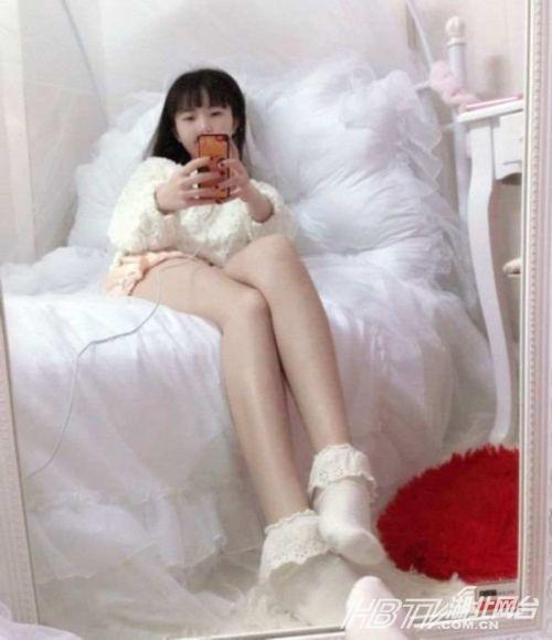 36岁童颜美女晒嫩照pk性感小学生