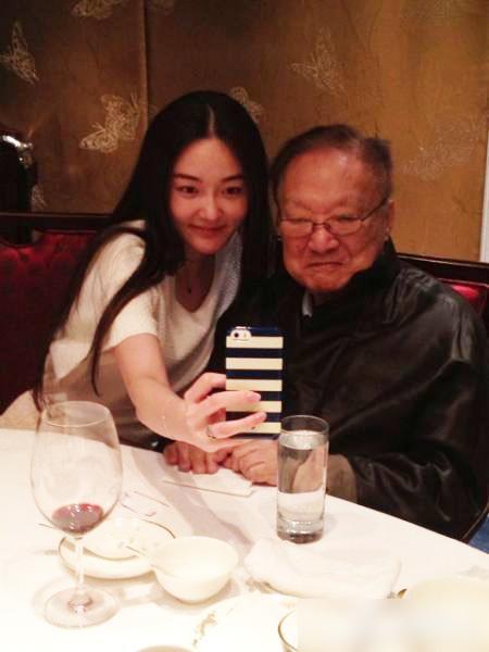 24歲女星與金庸合影獲贊 被稱翻版李英愛