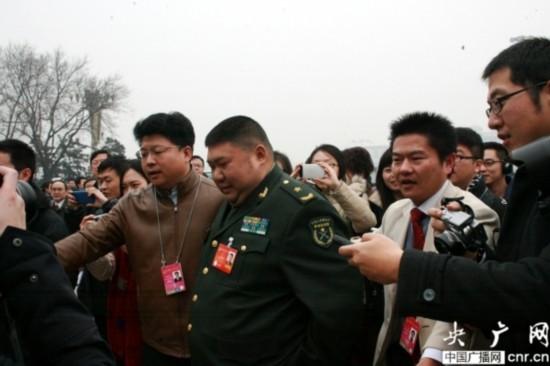 """两位安保人员为毛新宇""""开道"""".-毛新宇两会提案重点关注反腐倡廉"""