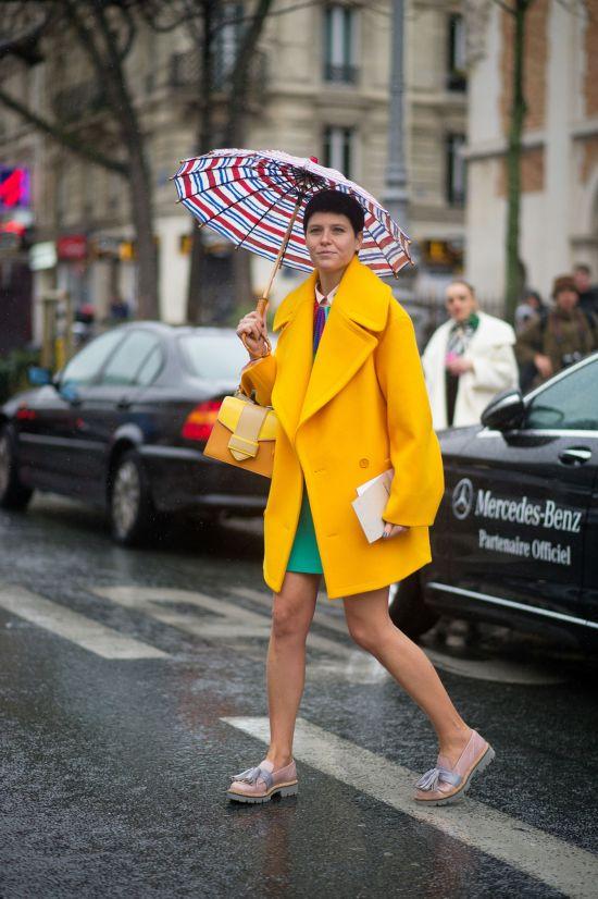 今春巴黎时装周潮流街拍 亮色小手包打造迷人