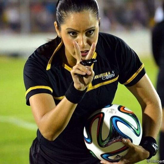 巴西最美足球裁判遭开除 疑似体能不足曾拍裸