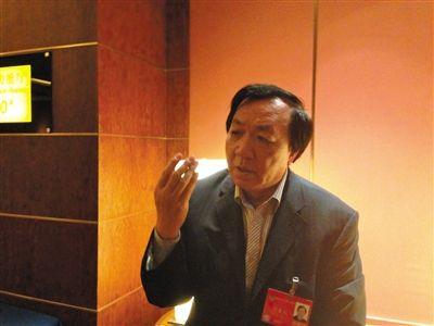 政协委员提议公务员涨薪被吐槽 自曝月薪税后